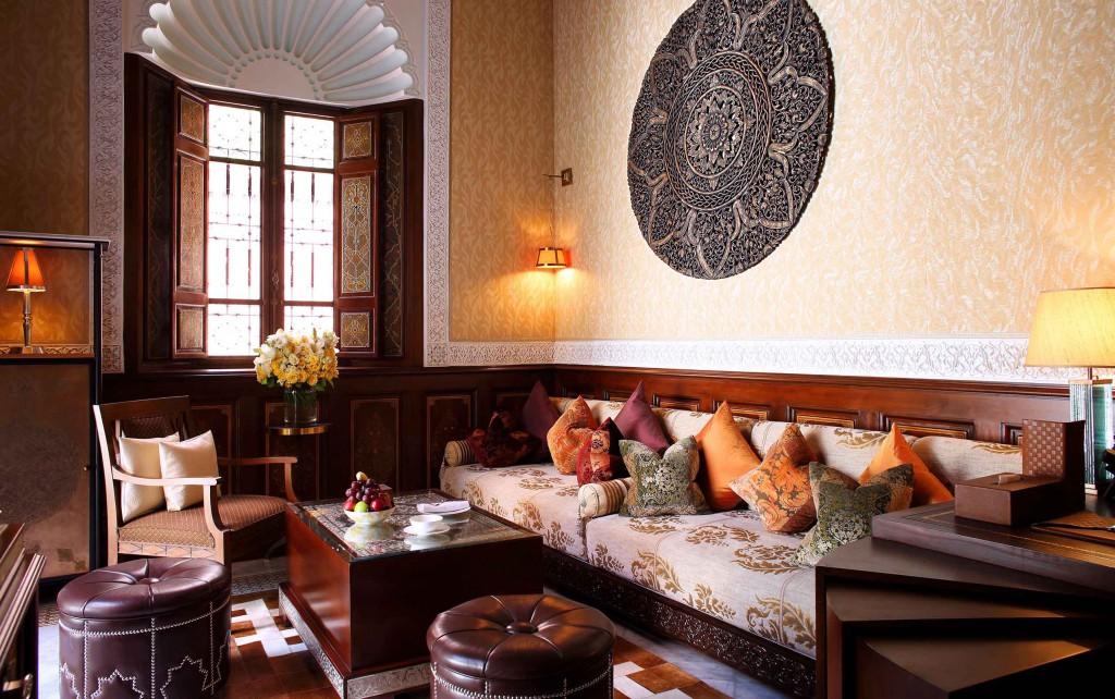 Uno de los salones del Riad con bandeja de fruta fresca