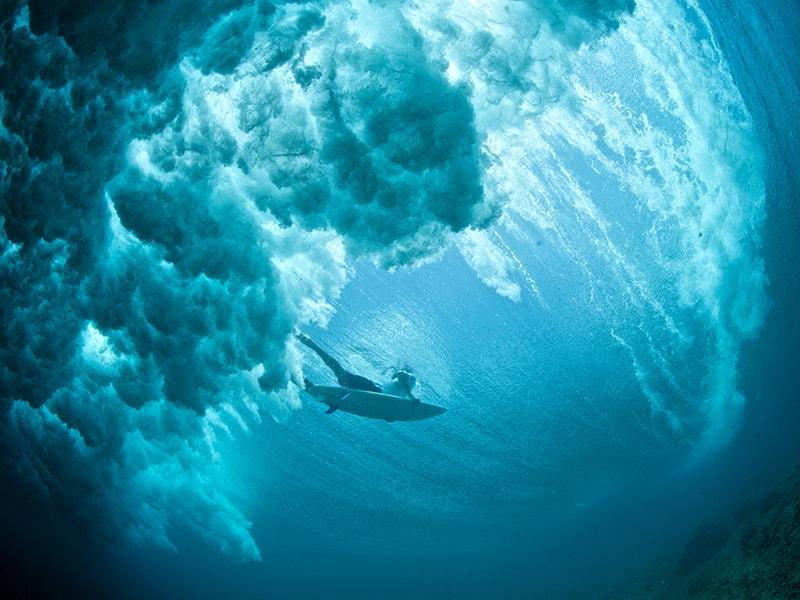 Playas de Asia. Deslizarse por las aguas cristalinas de Maldivas en una tabla de surf