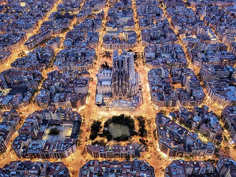 España. Sobrevuela Barcelona en helicóptero.