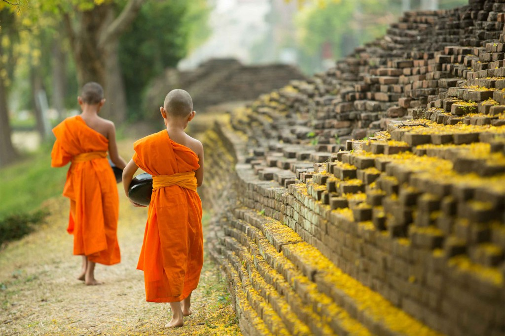 Niños budistas portando su comida, Tailandia