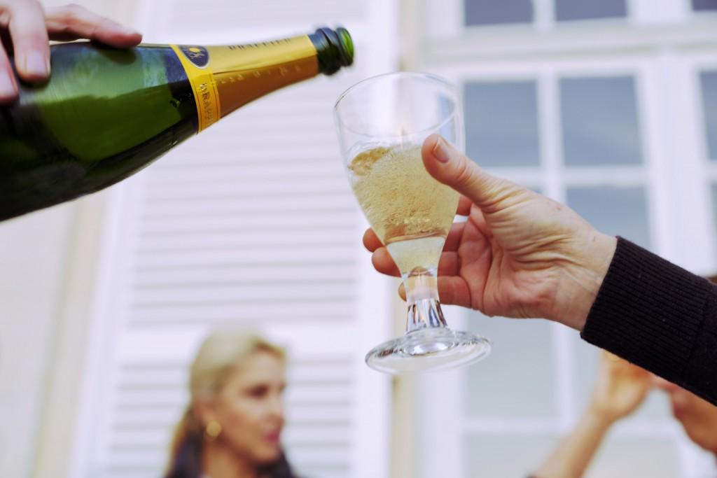 A la llegada, nos reciben con un magnífico aperitivo de productos locales regado con el mejor champagne
