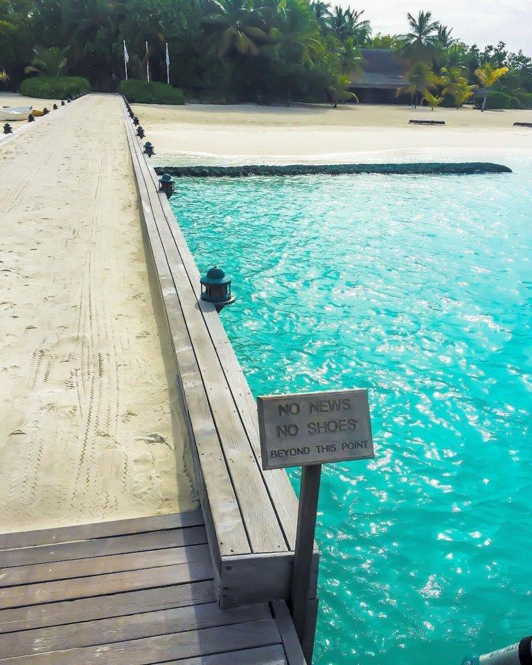 No podemos ilustrarlo con un mejor ejemplo que el que tiene el exclusivo water villa de Constance Moofushi en Maldivas en su entrada.