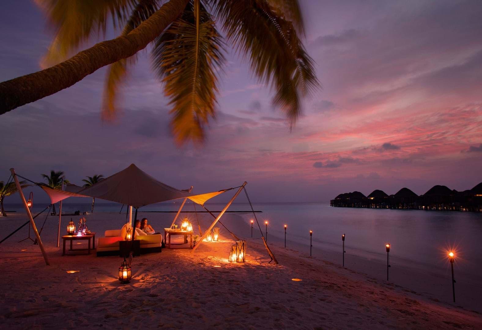 Este atardecer en Constance Halaveli Maldives, mientras disfrutas de una cena romántica no está nada mal, ¿verdad?