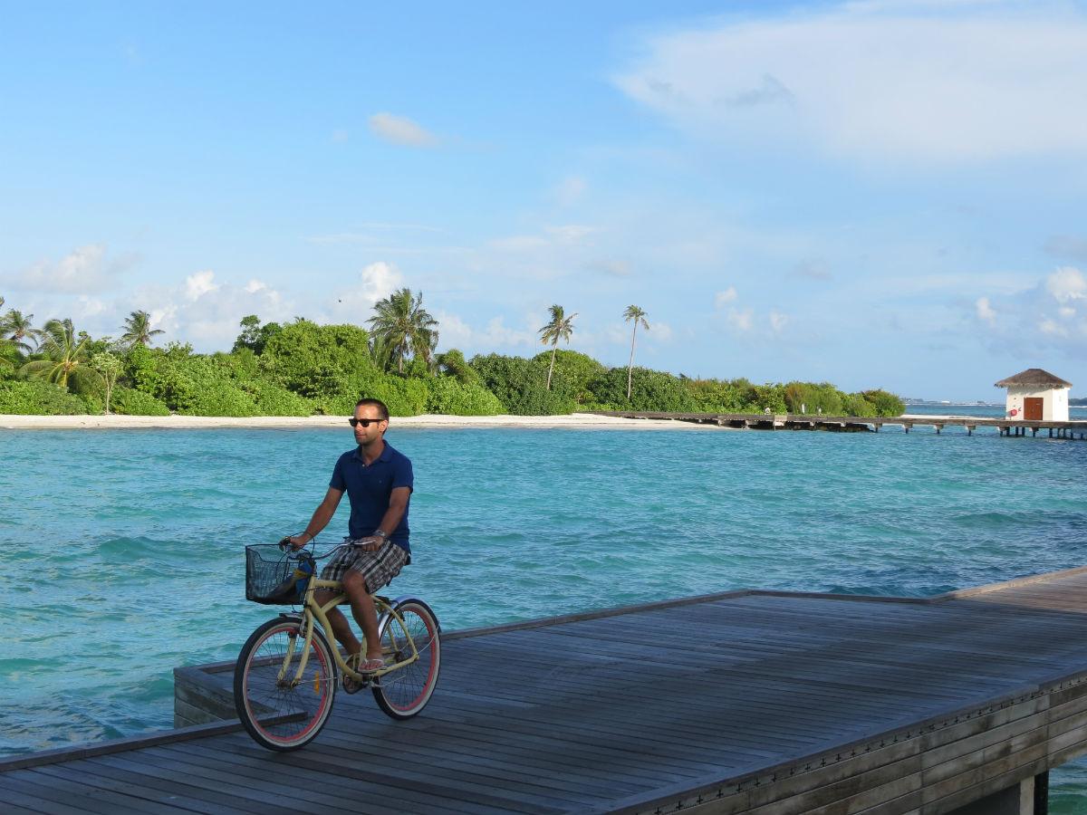 Pablo montando en bici en Maldivas