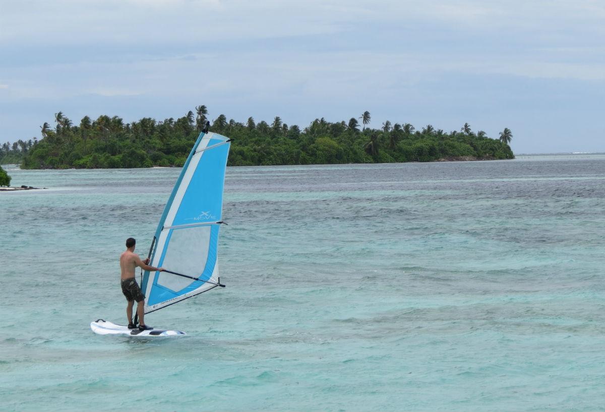 Pablo haciendo windsurf