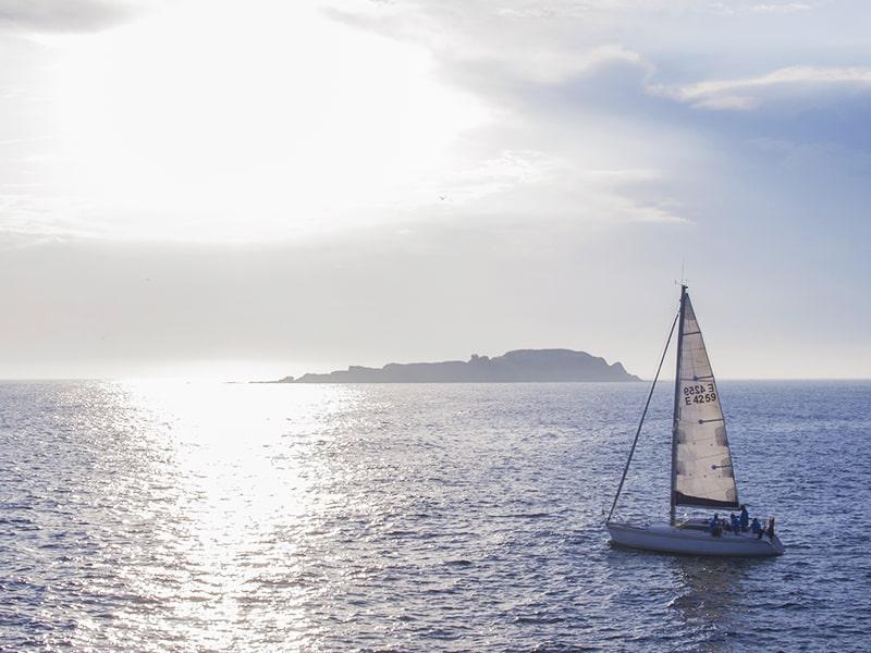 España. Navega por el Mar Cantábrico alojado en un catamarán.